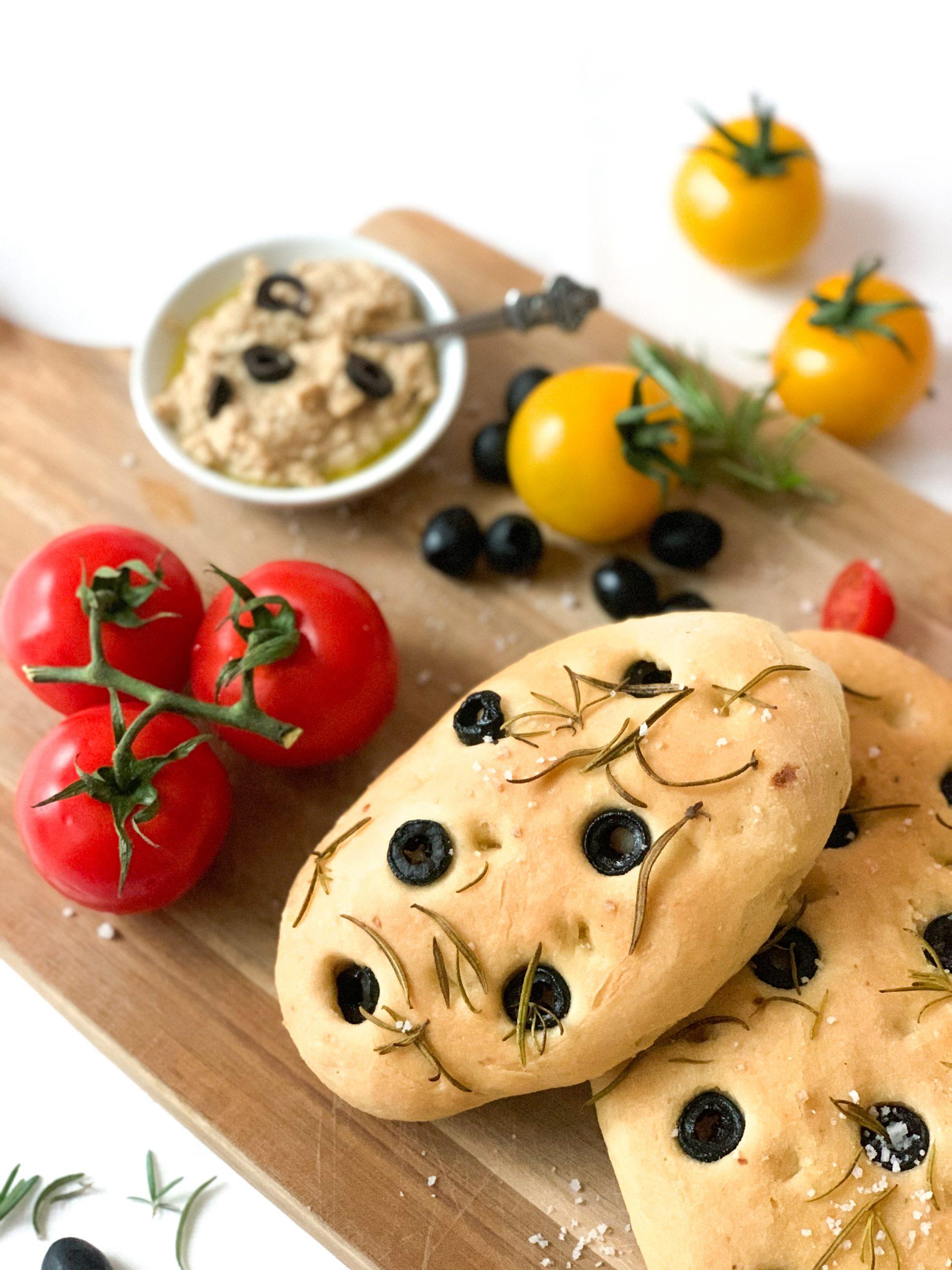 Fluffiges Focaccia mit Oliven & Rosmarin